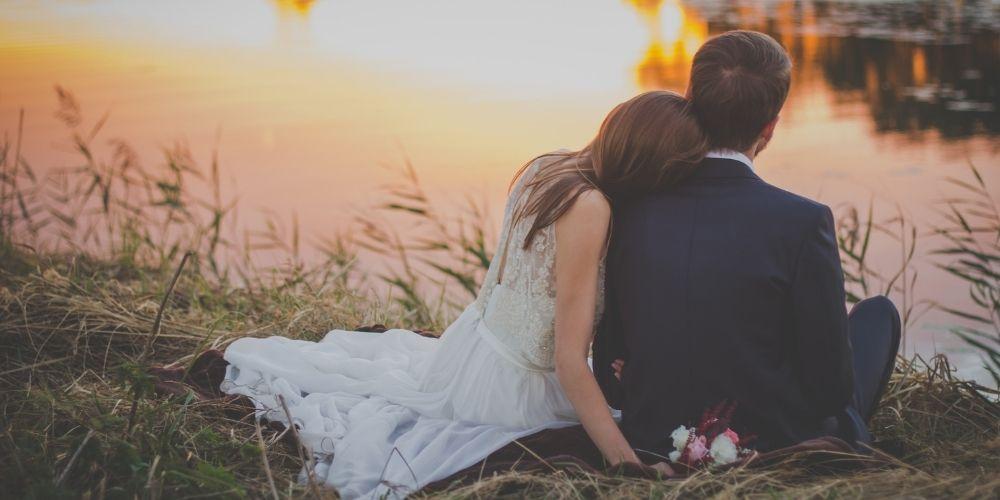 Une photo des mariés originale au bord d'un lac