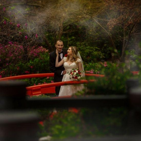 Les mariés posent dans un jardin