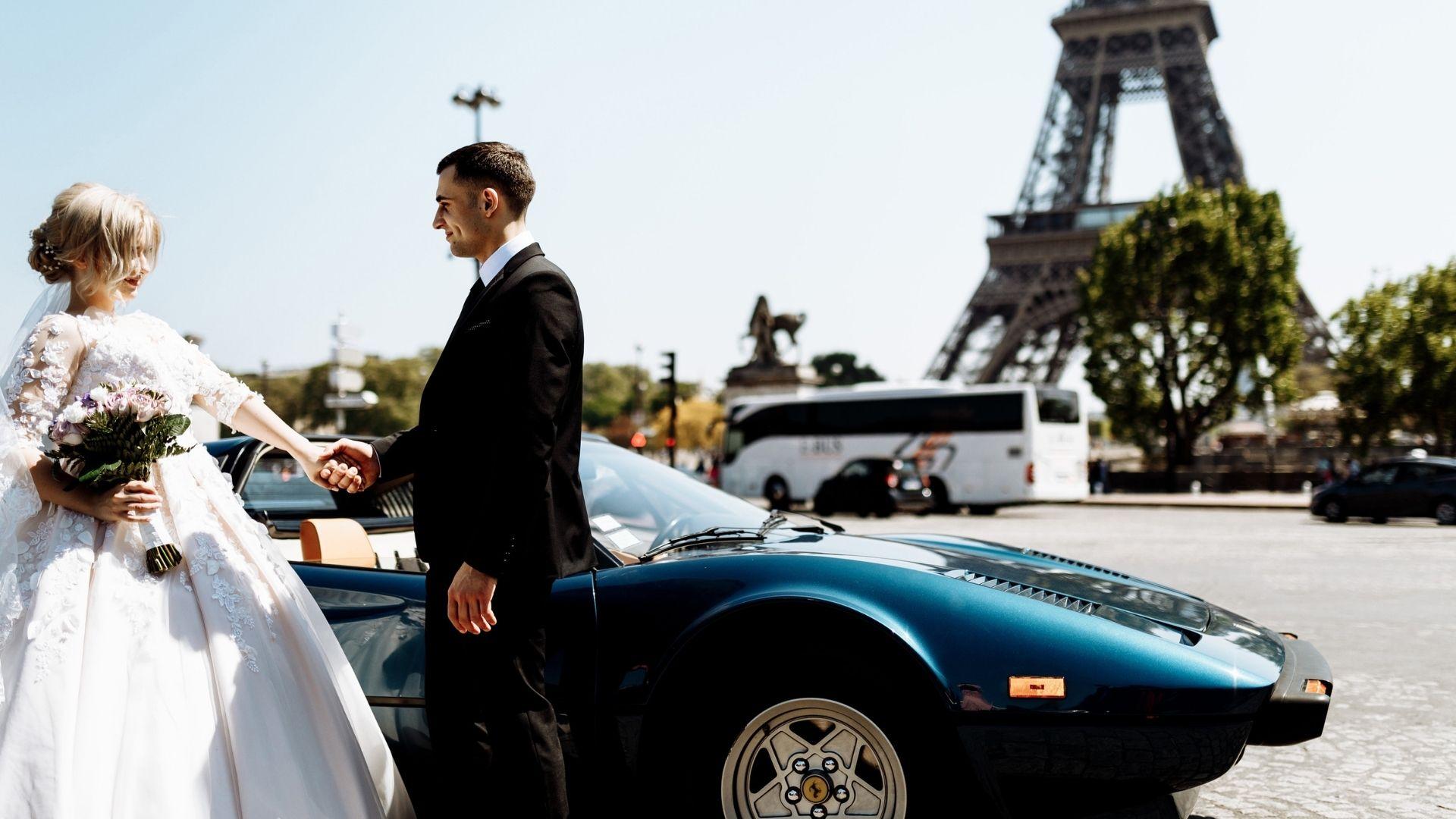 Des mariés posent devant la tour Eiffel, en Île-de-France