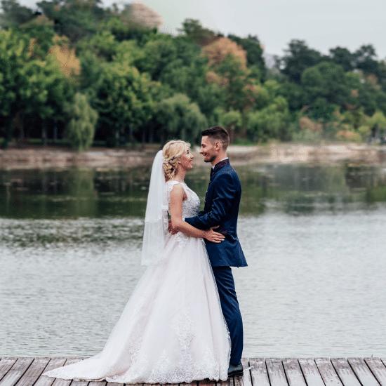 Les mariés posent au bord de la rivière