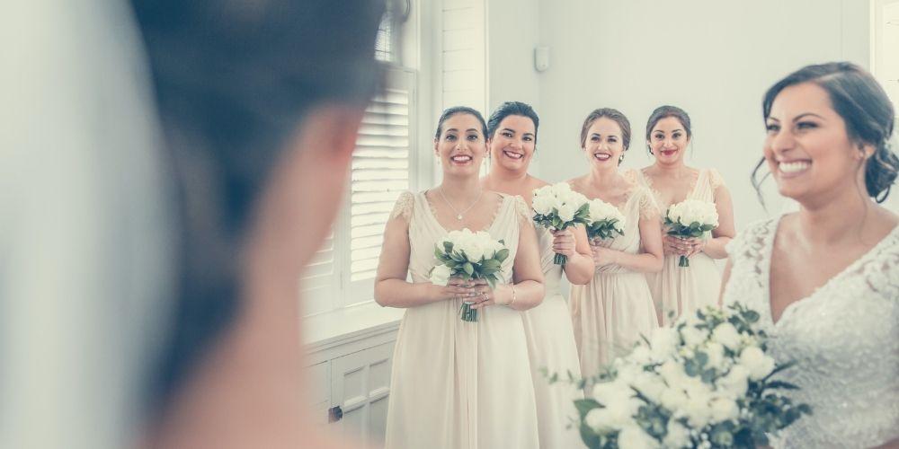 Les demoiselles d'honneur observent la mariée