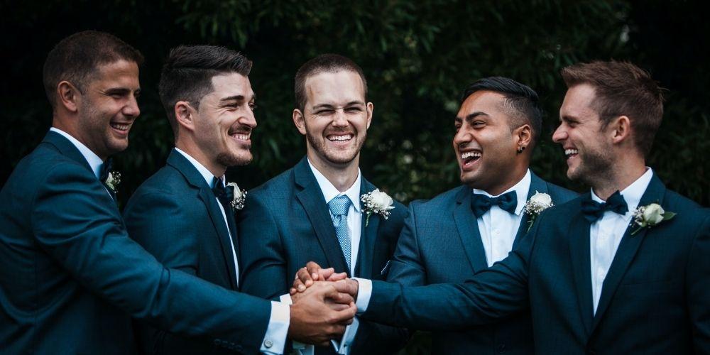Le marié pose et rigole avec ses témoins