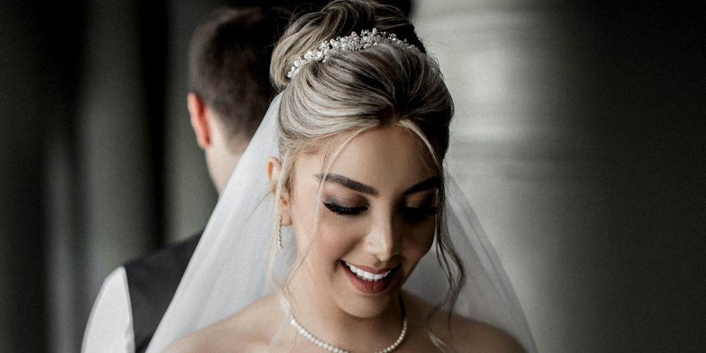 La mariée lit les vœux de son époux