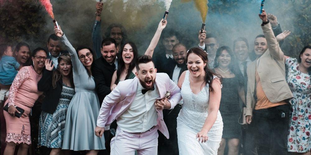 Les mariés courent sous des fumigènes de couleurs