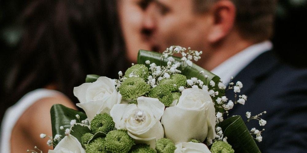 Les mariés tiennent leur bouquet de mariage