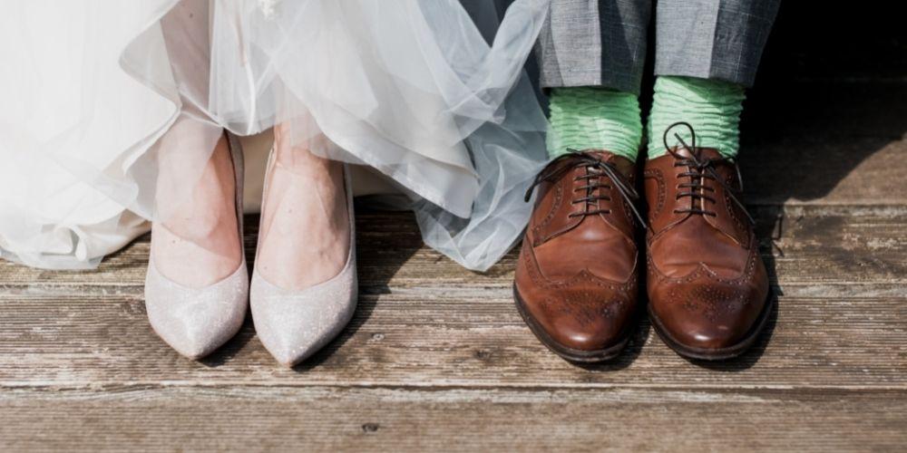 Les mariés montrent leur chaussures de mariage