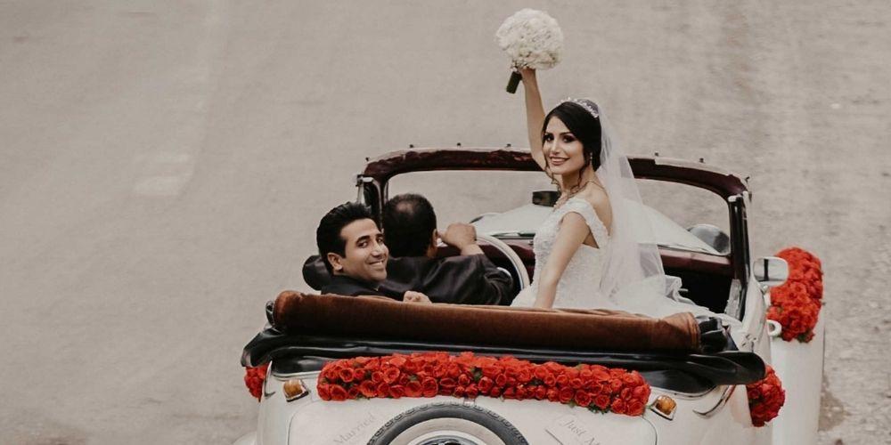 Les mariés partent en voiture