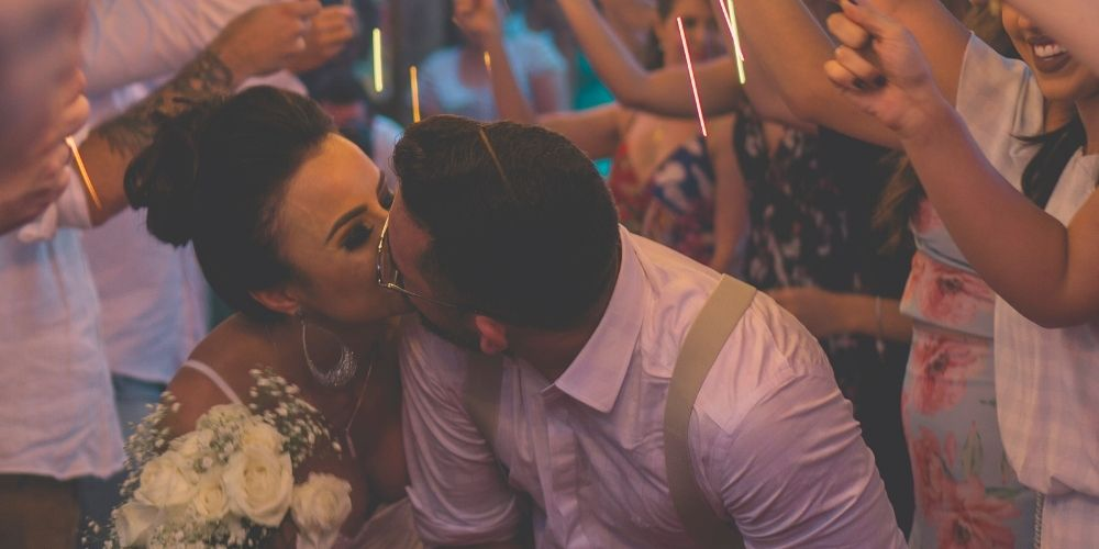 Les mariés s'embrassent sous des feux de Bengale