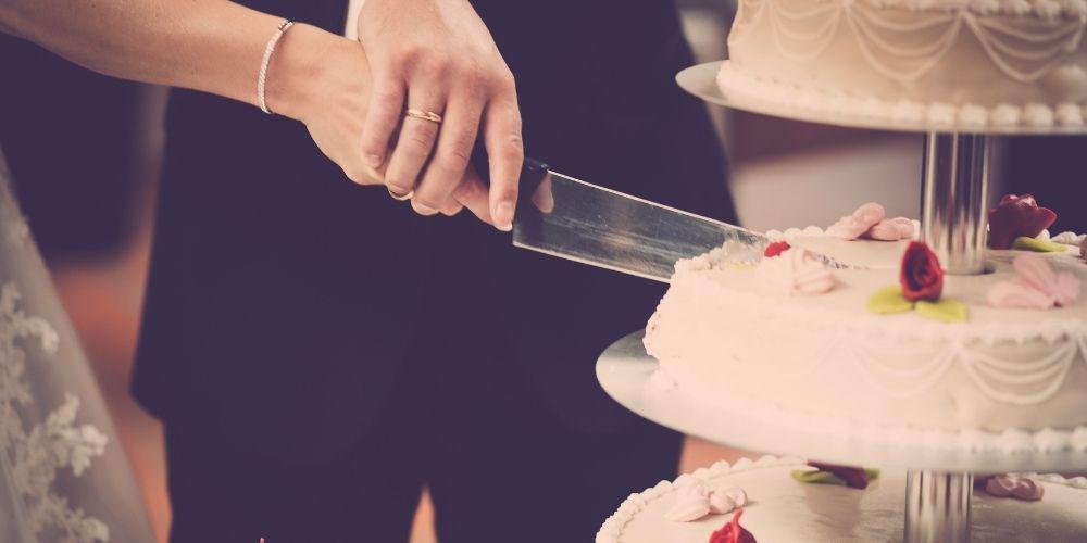 Le découpage de gâteau est une bonne idée de pose pour votre mariage