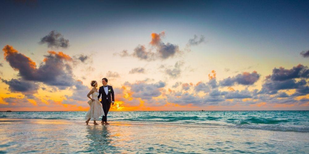 Les mariés posent sur l'eau pour leur photos de mariage