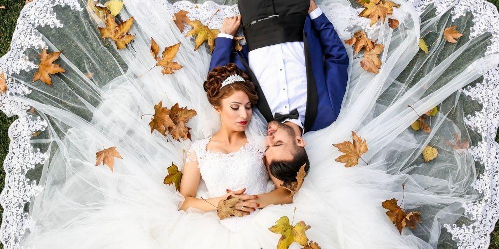 Les mariés posent sur l'herbe photos de mariage en hauteur