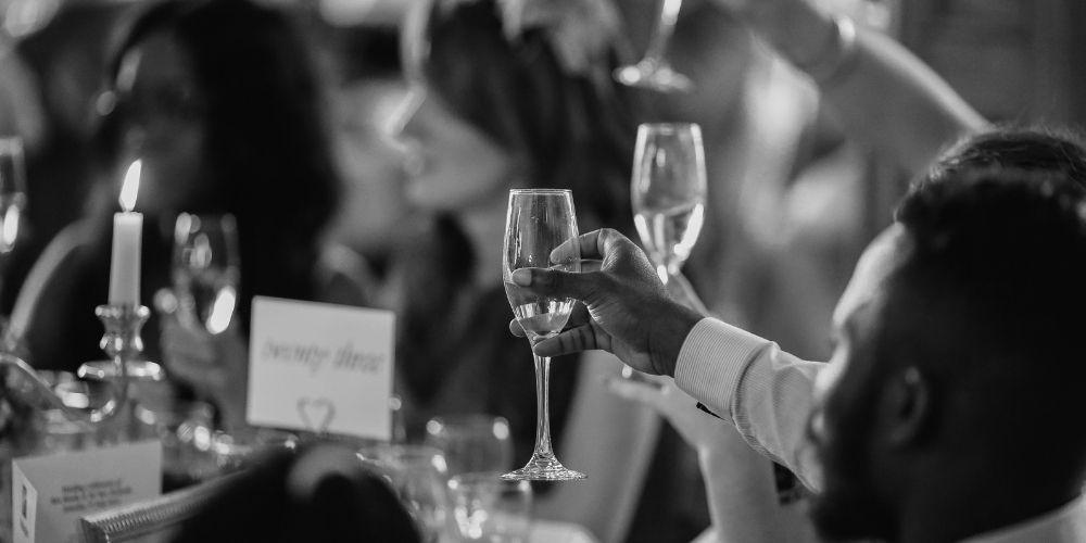 Les invitées portent un toast aux mariés