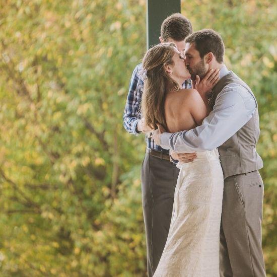 Les mariés s'embrassent lors de la cérémonie