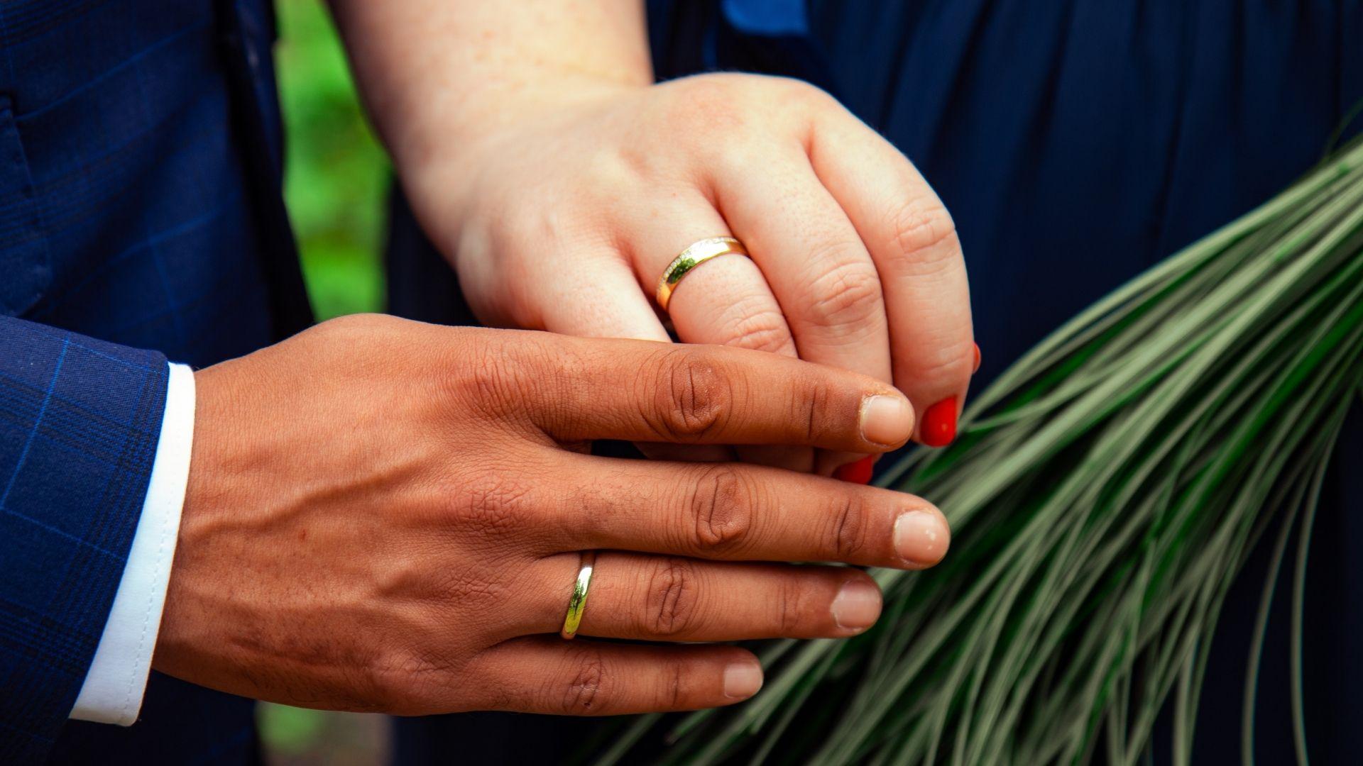 Gros plan des mains des mariés dans le Calvados