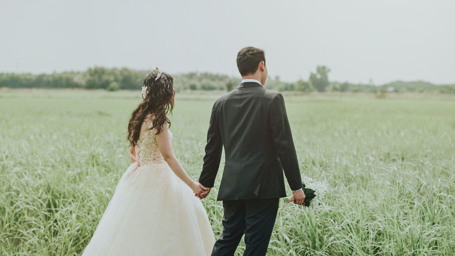 Les mariés se tiennent la main à Quimper