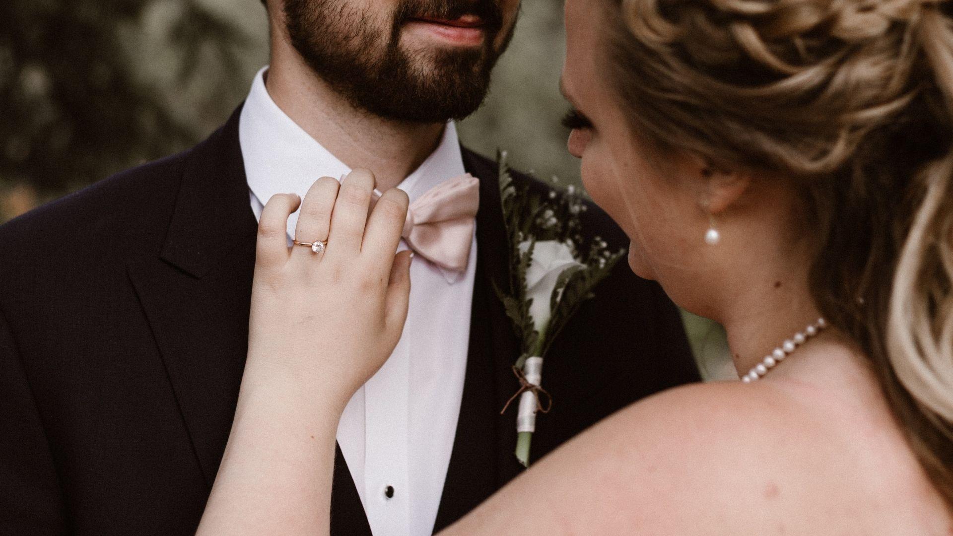 La mariée remet le nœud papillon du marié dans l'Aube