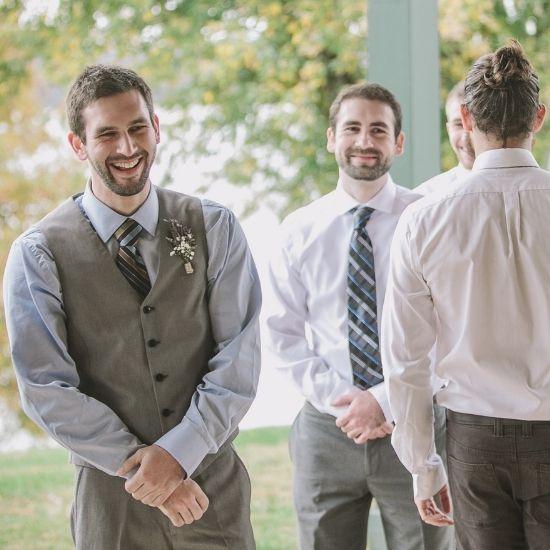Le marié entouré de ses témoins
