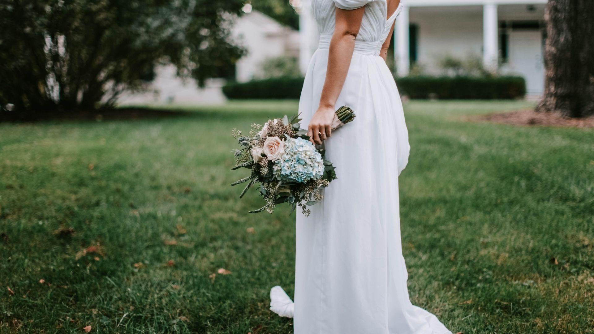 Photo de la mariée seule avec son bouquet à Lorient