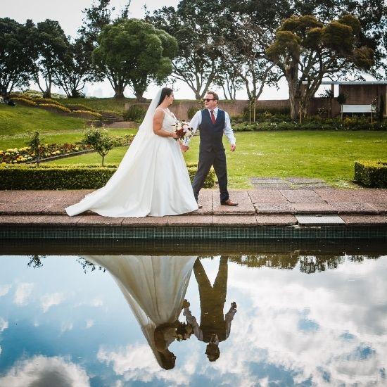 Les mariés sont reflétés dans l'eau