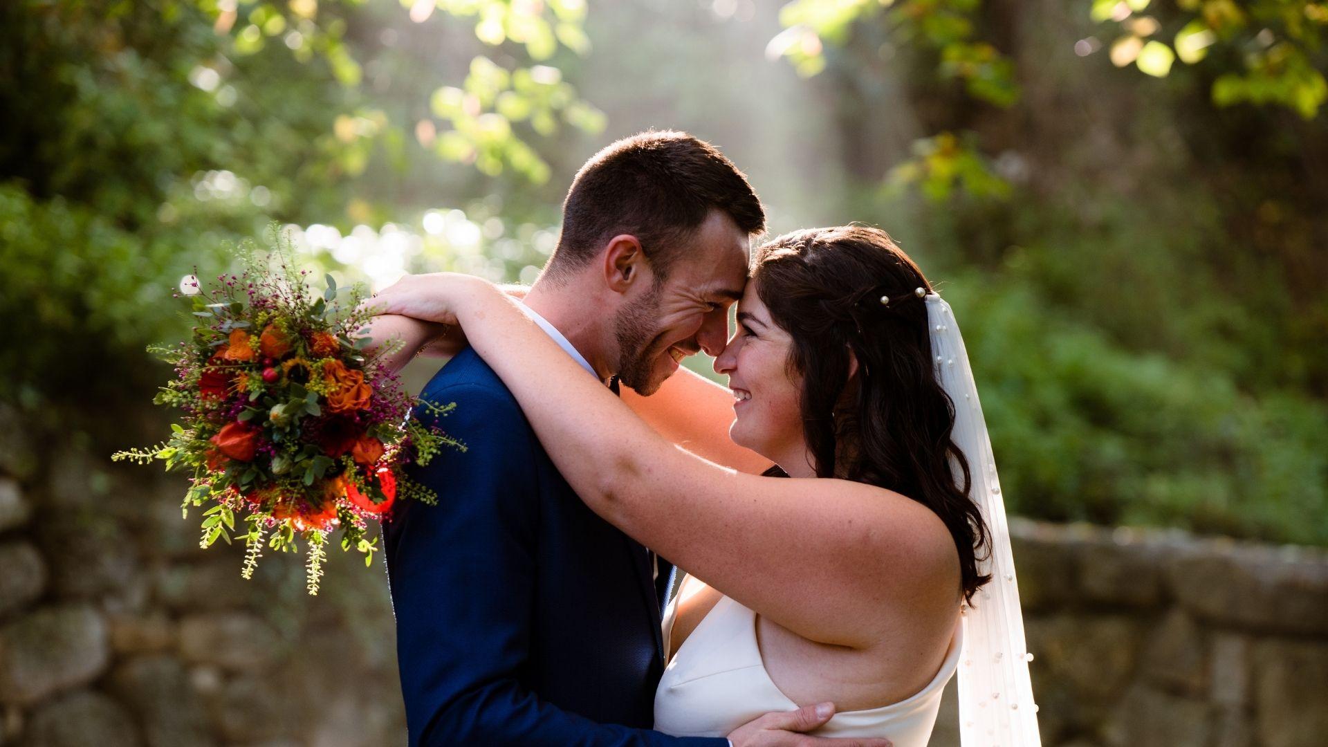 Les mariés s'enlacent en forêt à Rennes