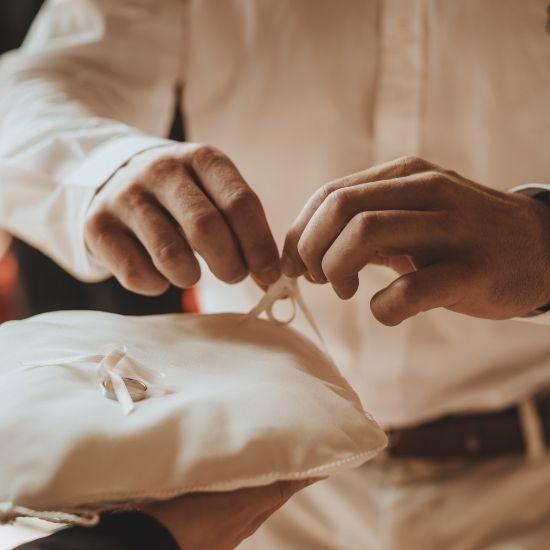 Le marié récupère les alliances
