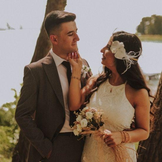 Les mariés se regardent au soleil