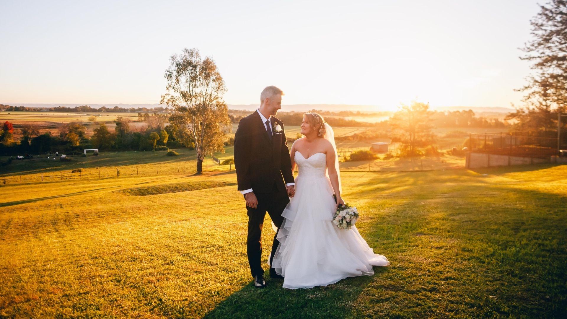 Les mariés se regardent dans une plaine à Vannes