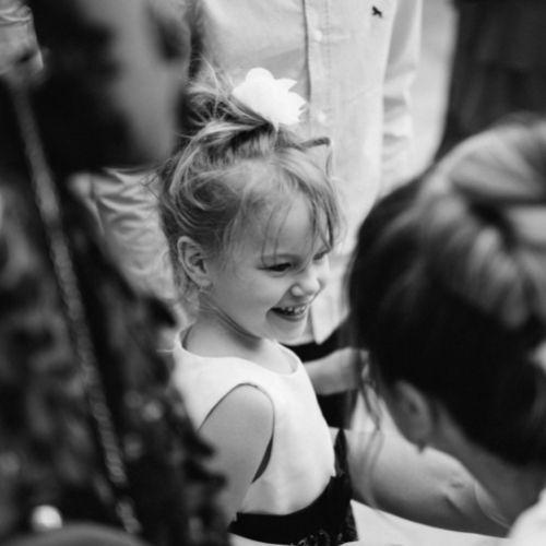 Photo de la fille de la mariée lui souriant