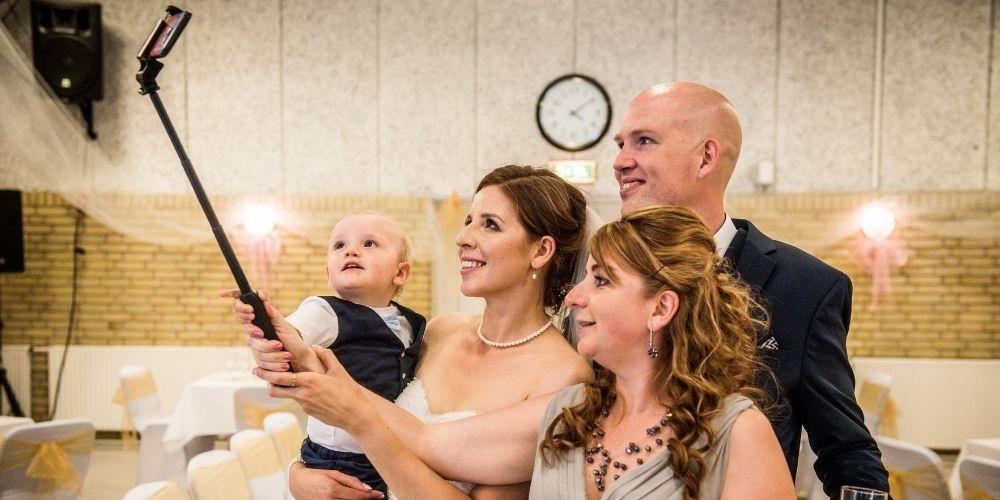 Les mariés prennent un selfie en famille