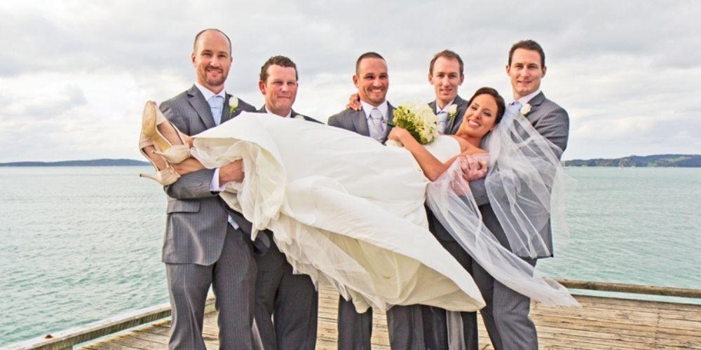 Le marié et ses témoins portent la mariée