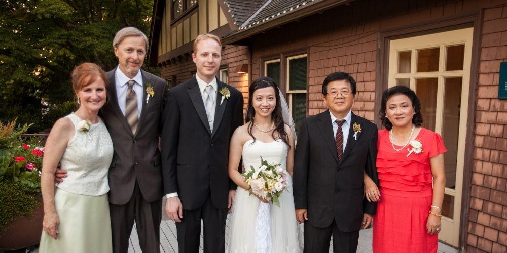 Les mariés posent avec leurs parents