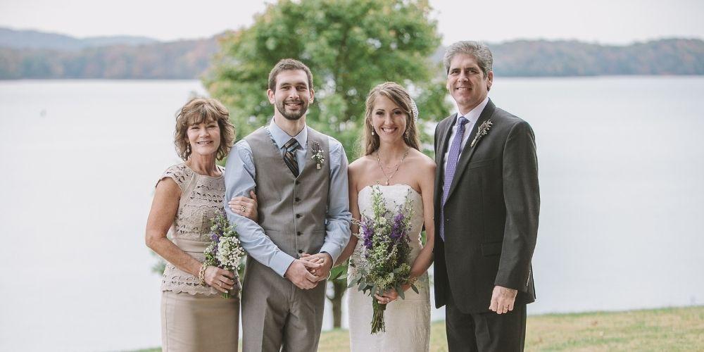 Photo des mariés avec la mère et le père