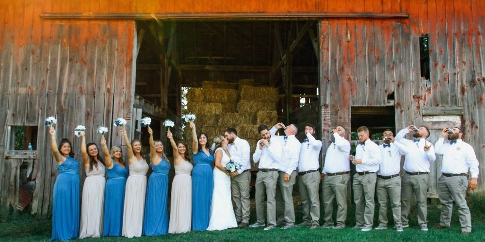 Photo de groupe des témoins et demoiselles d'honneur des mariés