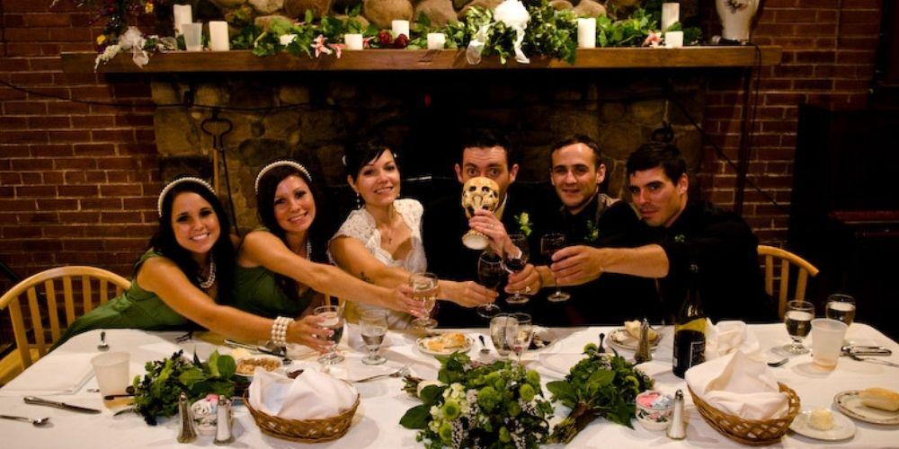 Les mariés posent avec leurs invités durant la réception de mariage