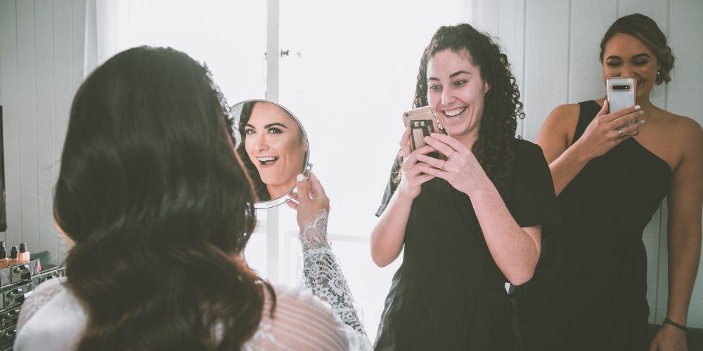 La mariée pose et s'amuse avec ses demoiselles d'honneur