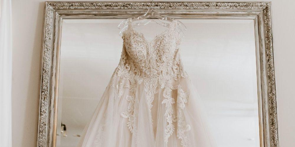 Photo de la robe de mariée suspendue à un miroir