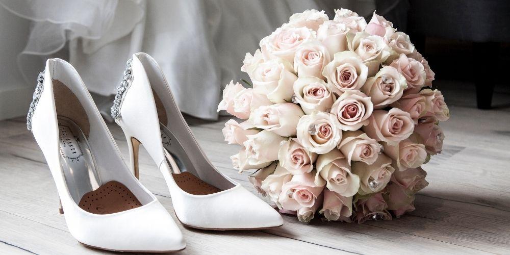 Photo des chaussures et du bouquet de la mariée
