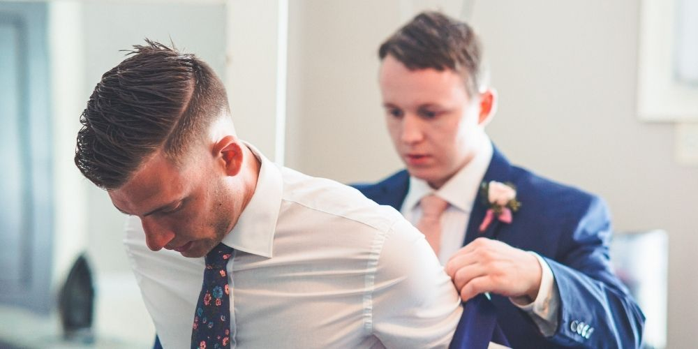 Préparation du marié avec les témoins