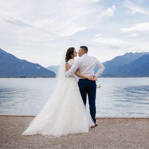 Un couple pose devant un lac