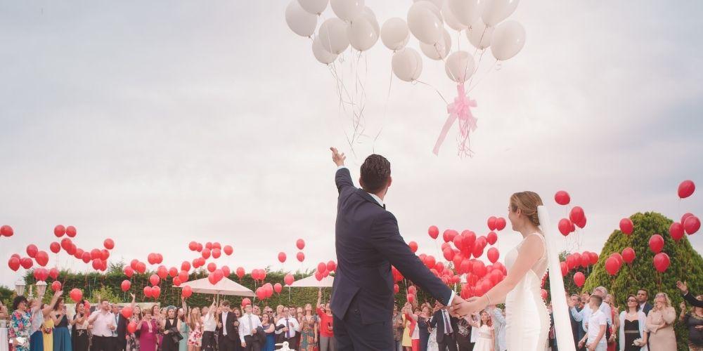 Pour un mariage simple, des ballons rouges sont une solution déco