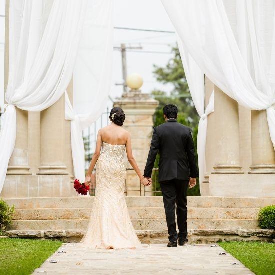 Les mariés avancent vers l'autel de la cérémonie