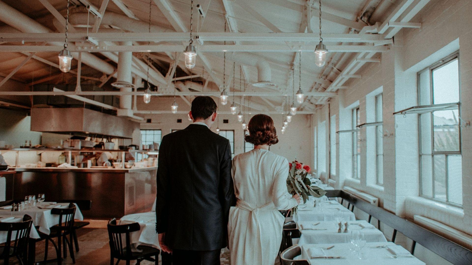 Les mariés avancent dans un restaurant à Châlons-en-Champagne