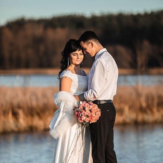Un couple se tenant sur un pont de bois