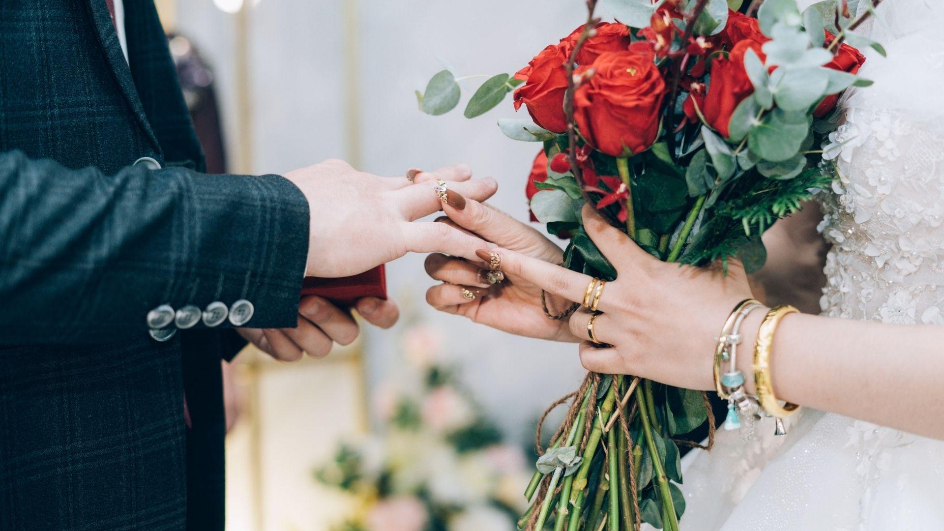 La mariée passe la bague au doigt du marié dans le Bas-Rhin