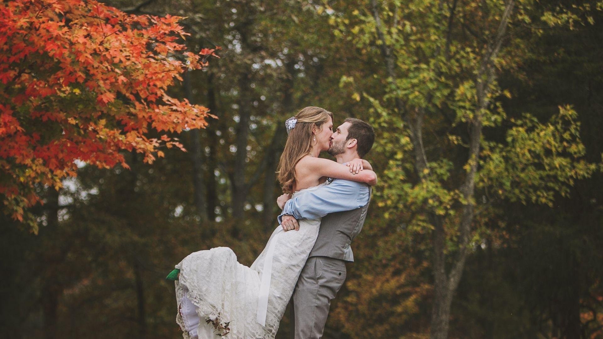 Les mariés s'embrassent sous un arbre en Alsace / Grand Est