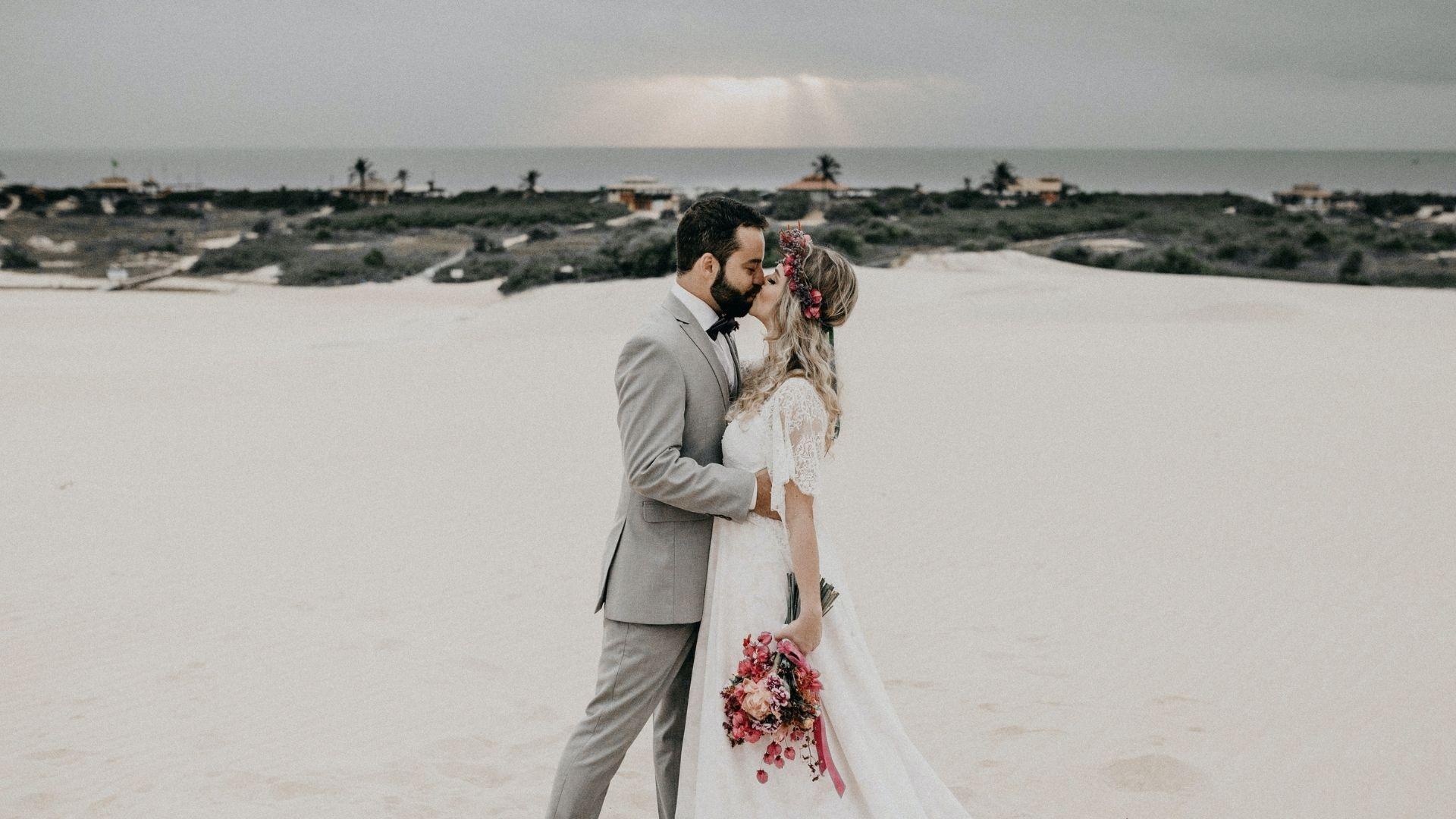 Les mariés s'embrassent sur la plage à Brest