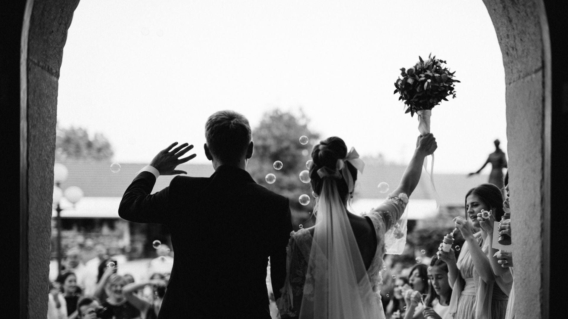Les mariés sortent de l'église à Nantes