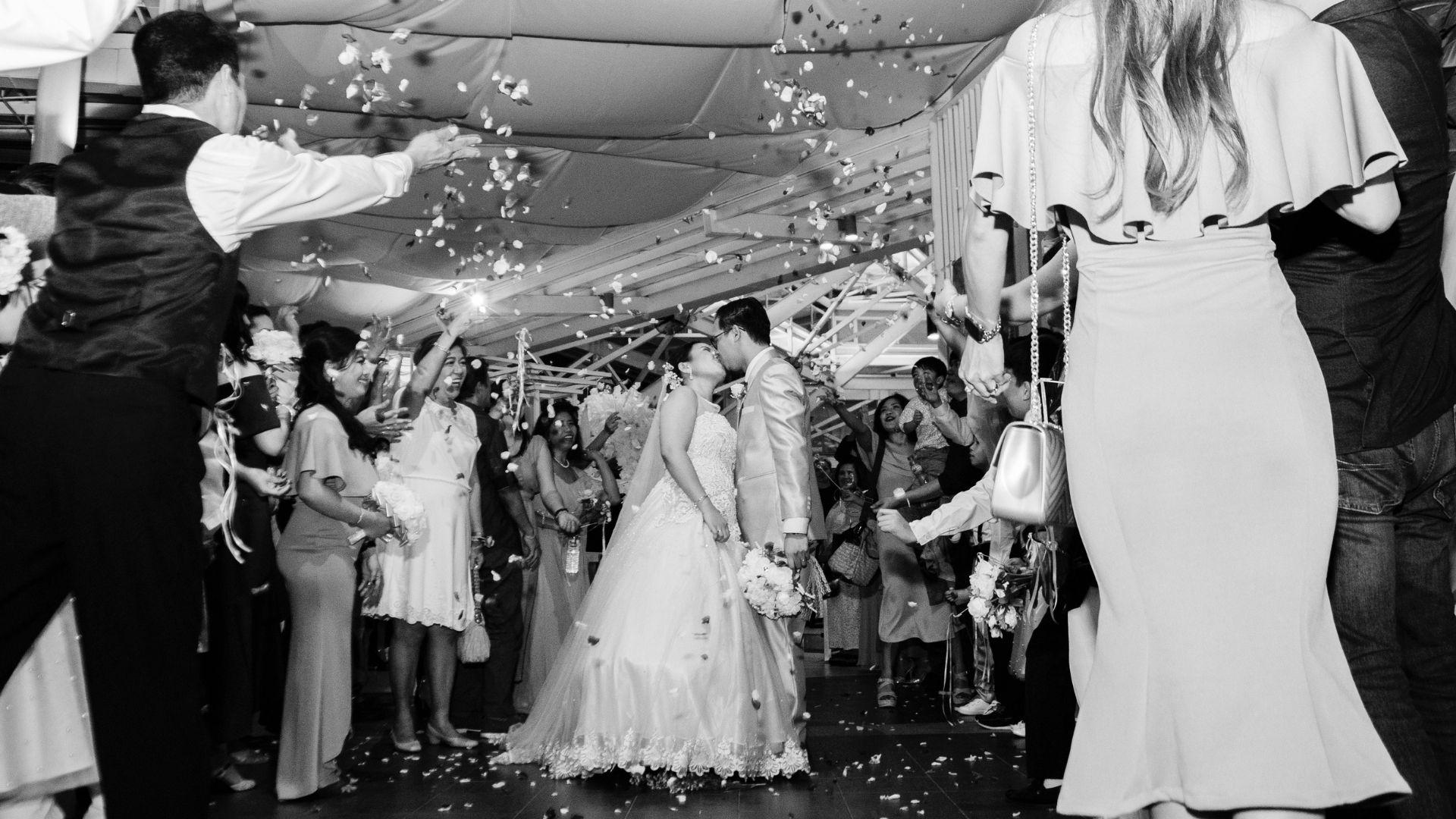 Les mariés s'embrassent sous un jeu de confettis dans les Pays de la Loire