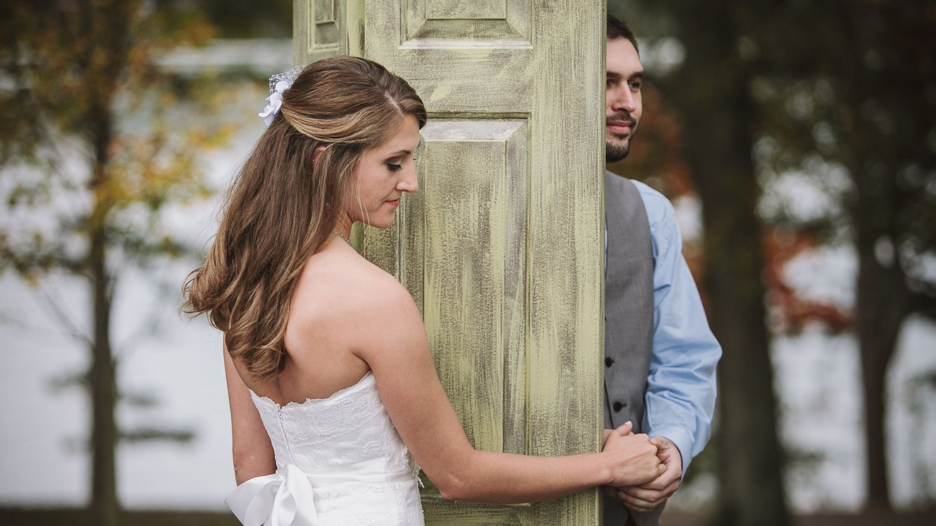 Les mariés se cachent derrière une porte à Orléans