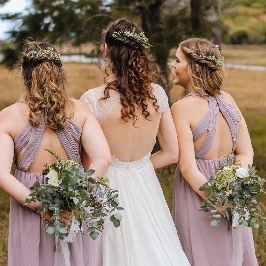 La mariée pose de dos avec ses demoiselles d'honneur